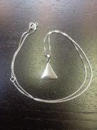 Pendentif triangle plein (+ chaîne)