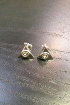 Boucles d'oreilles triangle plein détaillé spirale