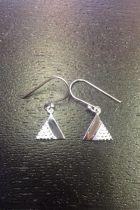 Boucles d'oreilles triangles pleines détaillées points