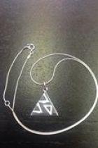 Pendentif triangle plein détaillé petit triangles (+ chaîne)