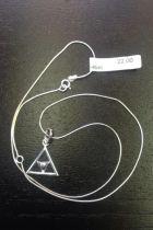 Pendentif triangle creux avec petit triangle à l'intérieur (+ chaîne)