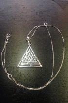 Pendentif triangle creux détaillé (+chaîne)