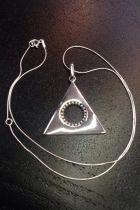 Pendentif triangle creux cercle et détaillé (+ chaîne)