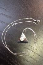 Pendentif triangle plein détaillé spirale (+ chaîne)