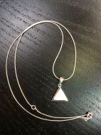 Pendentif triangle rempli de nacre