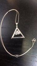 Pendentif triangle et zircon